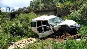 Kamyonet köprüden uçtu: 2 yaralı