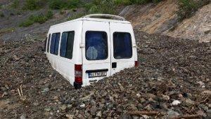 Korkunç manzara... Minibüs kayan toprağın altında kaldı, sürücü kurtarıldı