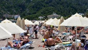 Marmaris'te plajlarda yer kalmadı, sahil şeridi doldu