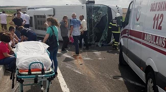 Midibüs ile hafif ticari araç çarpıştı: 18 yaralı