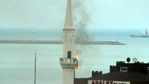 Minarenin yandığını zannedip telefona sarıldılar