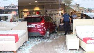 Mobilya mağazasına müşteri yerine otomobil girdi - Bursa Haberleri
