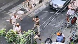 Polise pala ile saldıran sürücü, sopalarla dövüldü