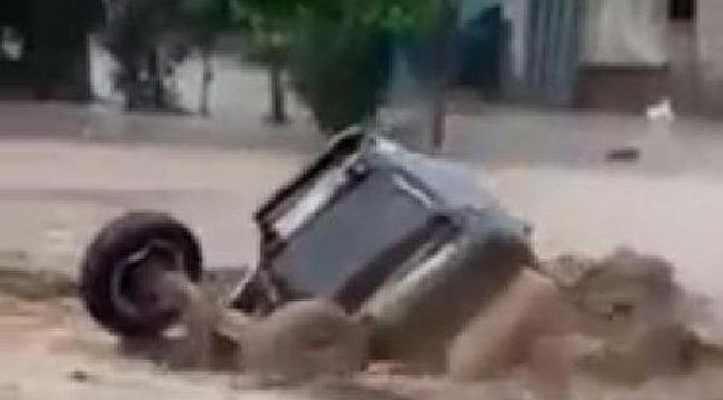 sel felaketi... Otomobil ve traktör sürüklendi
