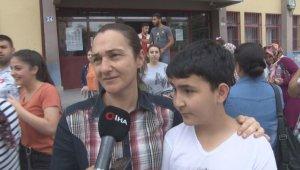 Sınav çıkışında herkes çocuğunu beklerken o annesini bekledi
