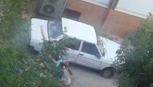 Sokak ortasında bıçaklayıp dövdüler, 'tecavüzcü' diye bağırdılar