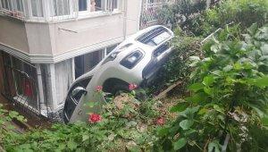 Sürücü vitesleri karıştırdı, oğluyla bahçeye düştü