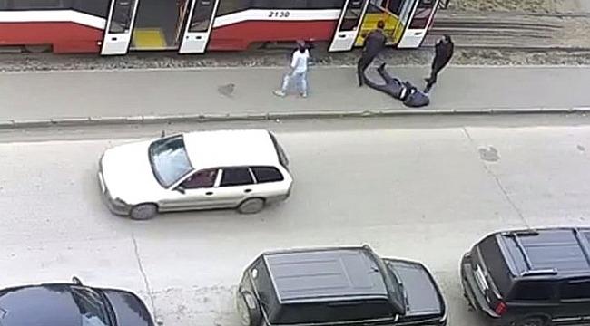 Tramvayda felç geçiren adamı sokağa atıp yolla devam ettiler
