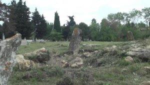Tüyler ürperten olay... Defineciler mezarları talan etti