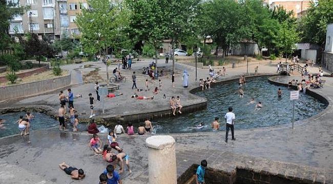 Uyarılara rağmen çocuklar yüzmekten vazgeçmedi