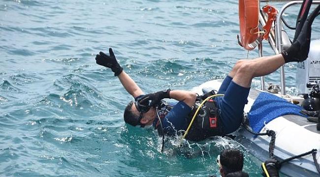 Bakan Pakdemirli denizlerdeki kirliliğe dikkat çekmek için dalış yaptı