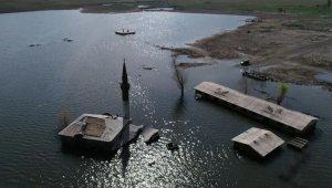 Baraj gölünün 5 metre çekilmesiyle cami ve okul, yeniden gün yüzüne çıktı