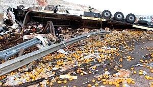 Bariyerlere çarpıp devrilen TIR kazası sonrası ortalık savaş alanına döndü: 3 kişi hayatını kaybetti!