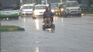 Bursa'da sağanak yağış altında engelli adamın zor anları - Bursa Haberleri