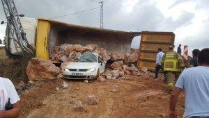 Devrilen kamyondan dökülen kayaların altında kalan sürücü öldü