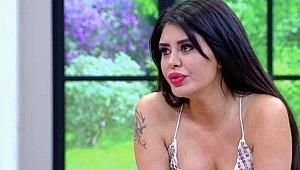 Güzel şarkıcı Ebru Polat, elbiseyle denize girdi