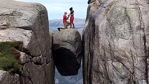 İki uçurum arasında sıkışan kayanın üzerinde evlilik teklifi