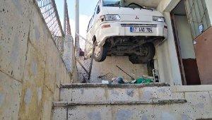 Kontrolden çıkan minibüs yol ile balkon arasına sıkıştı