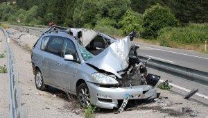 Kontrolden çıkan otomobil refüje uçtu: 1 ölü, 5 yaralı