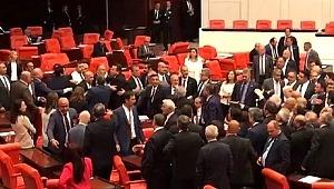 Meclis'te gerginlik MHP'li vekiller CHP'li Özgür Özel'in üzerine yürüdü
