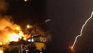 Ordu'da yıldırım düşen evde yangın çıktı! Yangın söndürülürken tekrar yıldırım düşme anı kamerada