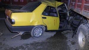 Otomobil, traktör römorklarına çarptı: 2 yaralı