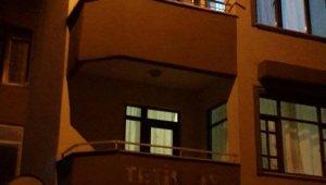 Polisleri görünce tereddüt etmeden 4'üncü kattan atladı