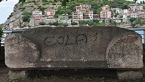 Roma dönemine ait, 3 bin yıllık lahit mezar ve kapağına spreyle yazı yazıldı