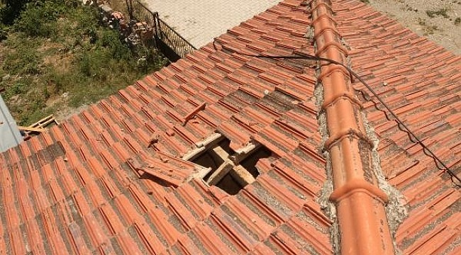 Uçaktan atıldığı tahmin edilen buz kütlesi evin çatısını deldi