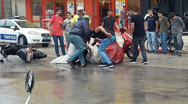 Yaralıyı yağmurdan poşetle ve şemsiyeyle korudular - Bursa Haberleri