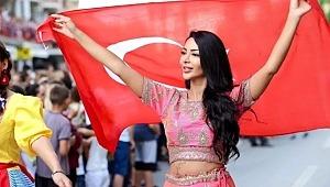 Yerli Kim Kardashian taç giydi, Bayrağı bir an olsun bırakmadı