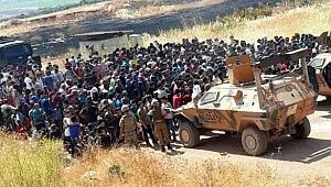 Suriyelilerden Türkiye sınırında Suriye rejimini protesto