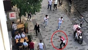 Taksim'de kesici aletlerle birbirine girdiler, Polis olaya böyle müdahale etti
