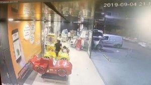 3 yaşındaki çocuk otomobil ile markete daldı