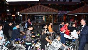 Başkan Taban bisiklet sürücülerine kask hediye etti - Bursa Haberleri