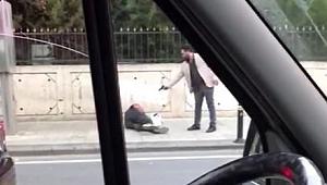 Dehşet anları! Sokak ortasında arkadaşının üzerine kurşun yağdırdı