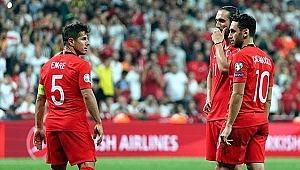 Emre Belözoğlu maç sonunda omuzlara alındı