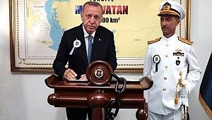 Erdoğan'ın önünde poz verdiği harita, Yunan basınını çıldırttı