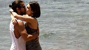 Fulya Zenginer, denizde sevgilisini öpücüklere boğdu