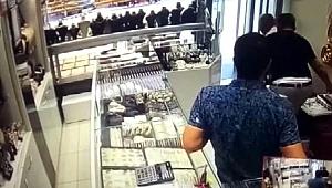 İstanbul sallandı, panik kameralara yansıdı