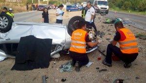 Orta refüjü aşan otomobil karşıdan gelen araçla kafa kafaya çarpıştı