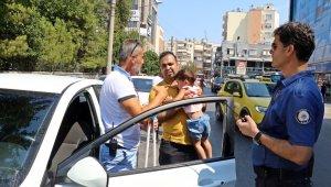 Otomobilde mahsur kalan 3 yaşındaki çocuk cam kırılarak kurtarıldı