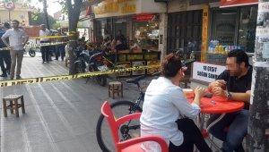 Sokakta iki kişi vuruldu, onlar börek yemeye devam etti