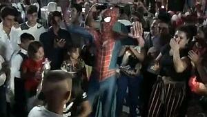 Spiderman, sünnet düğününde Roman havası oynadı... Görüntüler sosyal medyayı salladı
