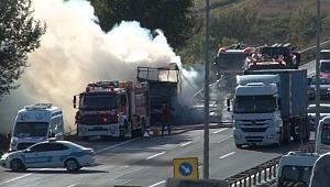 TEM'de tır yangını... Trafik yoğunluğu oluştu