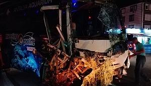 Turistlerinde olduğu yolcu otobüsü ve tur midibüsü çarpıştı: Çok sayıda yaralı var