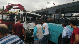 Vinç özel halk otobüsüne çarptı: 9 yaralı