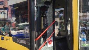 Yol vermediğini öne sürdükleri otobüsün camını kırıp şoförü darbettiler - Bursa Haberleri