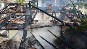 10 yıl önce boşandığı eşine kızıp evini yaktı