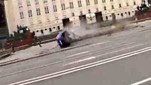 Aşırı hız yapan sürücü, Bakanlık önündeki bariyerlere daldı